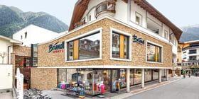Schaufenster Bründl Sports Ischgl Zentrum - Tagesaufnahme im Sommer<br/>