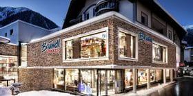 Beleuchtetes Schaufenster Bründl Sports Ischgl Zentrum - Abendaufnahme im Winter <br/>