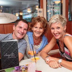 drei Personen beim Essen im Restaurant
