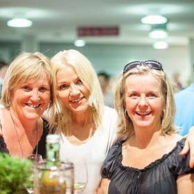 drei Frauen auf einer Veranstaltung
