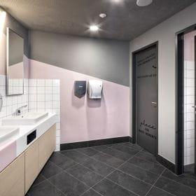 Sanitary area for women with sinks in Kaprun at Bründl Sports Maiskogelbahn valleystation