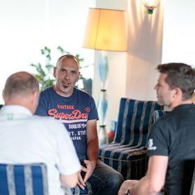 Manfre Mucknauer befindet sich mit zwei weiteren Personen im Gespräch