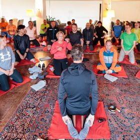 mehrere Personen betreiben Yoga auf Matten