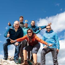 eine Gruppe von Wanderern auf einem Fels