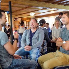 Stefan Eckel im Gespräch mit zwei weiteren Personen