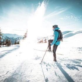 Eine Person beim Skitourn gehen