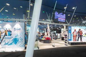 Eingang mit Blick in den Shop Bründl Sports Planet Planai <br/>