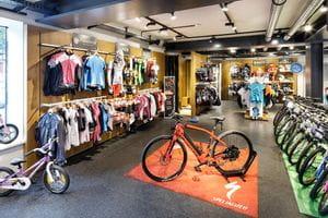 E-Bike im Mittelpunkt, Kinderbikes und Radbekleidung im Hintergrund <br/>