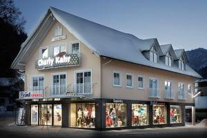 ein Bründl-Shop mit Charly Kahr-Reklame auf der Fassade