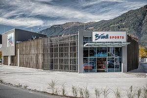Bründl Sports Saalfelden von außen mit großem Parkplatz <br/>