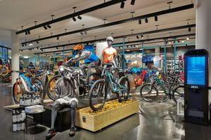 Innenansicht der Bründl Sport Bikeworld in Schladming. Direkt am Planai Bikepark.<br/>