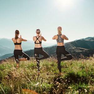 drei Frauen machen Yoga auf der Schmittenhöhe