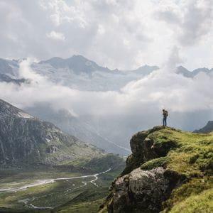 ein Mann blickt hinab auf ein Tal