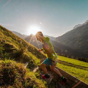 ein Bergläufer beim Sonnenaufgang