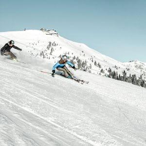 zwei Skifahrer auf der Schmitten