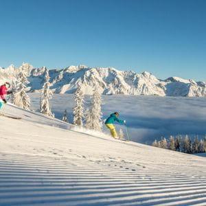 zwei Skifahrer auf einer Piste in Schladming