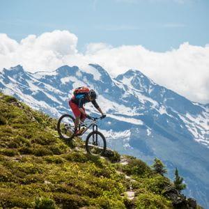 ein Mann fährt einen Berg hinab