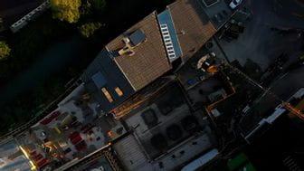 Foto mit Drohne von dem Bründl Sports Flagshipstore mit einer offenen Baugrube