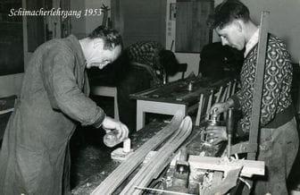 Ski werden in einer Werkstatt gefertigt (Schwarz/weiß-Foto aus 1953)