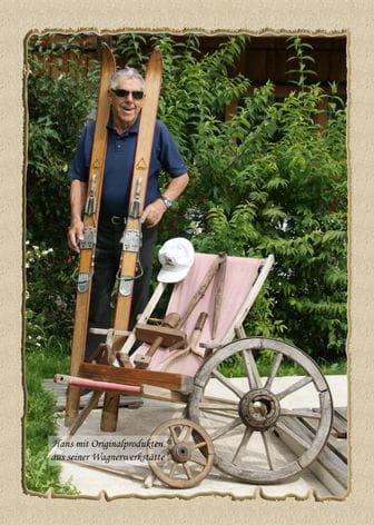 ein Mann mit alten Holzski
