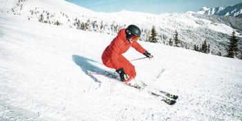 Eine Skifahrerin beim Ski fahren auf der Schmittenhöhe in Zell am See