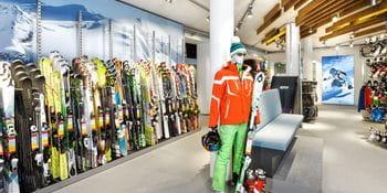 Ski- und Skischuhwand mit Sitzmöglichkeit <br/>
