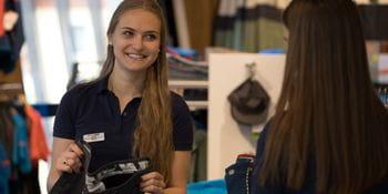 Einer unserer Lehrlinge während eines Verkausgespräches