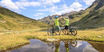 zwei Biker in einem Tal in Schladming