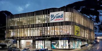 Talstation Spieljochbahn in Fügen mit Bründl Sports Shop bei Nacht