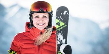 Junge Skifahrerin mit Fischer Racecarver in der Hand
