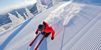 Ein Skifahrer auf einer präparierten Piste mit einem Atomic Ski