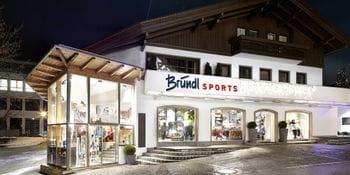 Beleuchtetes Schaufenster Bründl Sports Mayrhofen Zentrum - Abendaufnahme <br/>