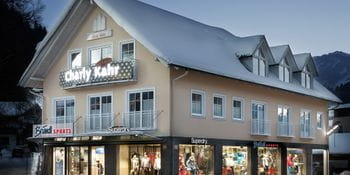 Bründl Sports Shop Charly Kahr in Schladming bei Nacht