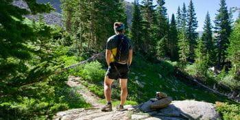 ein Läufer steht im Gebirge