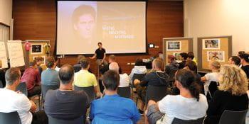 Felix Gottwald hält einen Vortrag in einem Raum mit Beamer