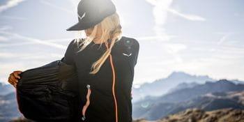 Eine Dame beim Wandern in einer Salewa-Jacke