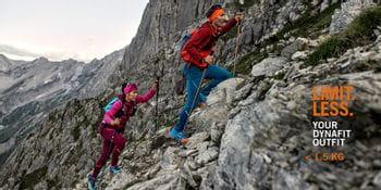 Ein Paar beim sportlichen Wandern in der Dynafit Athletic Mountaineering Kollektion