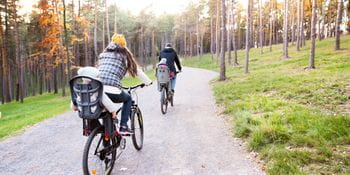 Relaxed family cycling tour through the woods