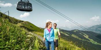 zwei Wanderer unterhalb der Schmittenbahn