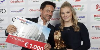 Christoph Bründl holding a Bründl shopping voucher. Next to him stands Valentina Höll with the Leonidas Lion for Rookie of the Year.