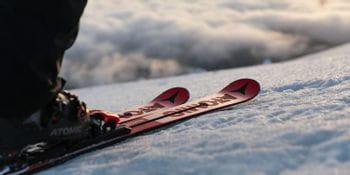 Atomic Redster Ski bei Morgenstimmung auf der Skipiste