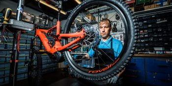 Ein Mitarbeiter arbeitet an einem Fahrrad