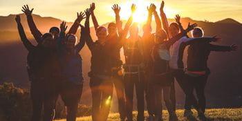 Eine Gruppe von Mädchen am Berg bei Sonnenuntergang