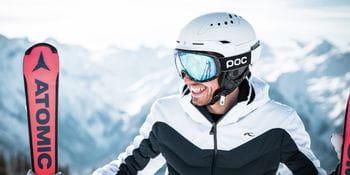 Lachender Skifahrer bei der Pause