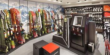 Gerät zum Skischuh anpassen - Ski, Skistöcke und Skischuhe im Hintergrund<br/>
