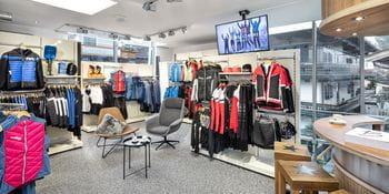 Bründl Sports Saalbach Life.Style - Innenansicht - Skitouren-Bekleidung für Damen und Herren sowie Kaffeebar
