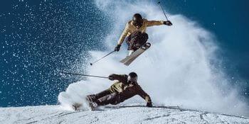 Zwei Skifahrer genießen den Tag mit Völkl-Ausrüstung.