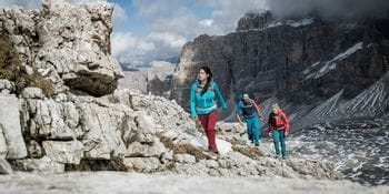 Wanderer am Weg zum Lagazuoi in den Dolomiten