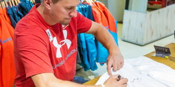 Max Franz signs autographs in the Bründl Sports Flagshipstore