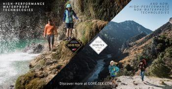 Zwei Paare beim Wandern, das eine Paar trägt wasserdichte Gore-Tex Bekleidung, das andere nicht-wasserdichte Gore-Tex Infinium Kleidung.